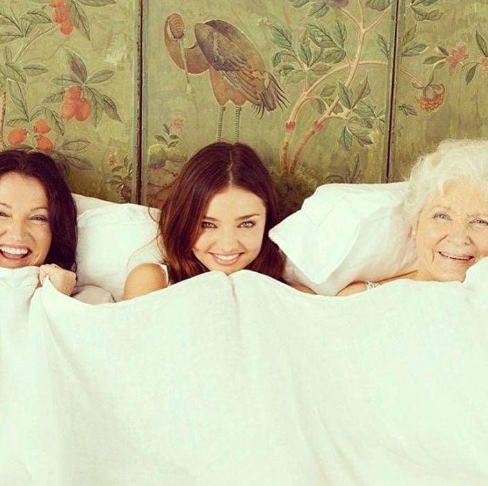 Mamá, hija y abuela acostadas en la cama