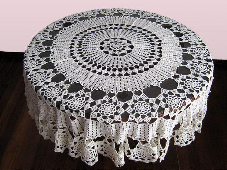 Mesa con carpeta tejida
