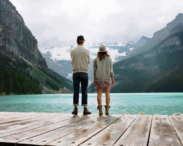 Pareja a la orilla de un lago