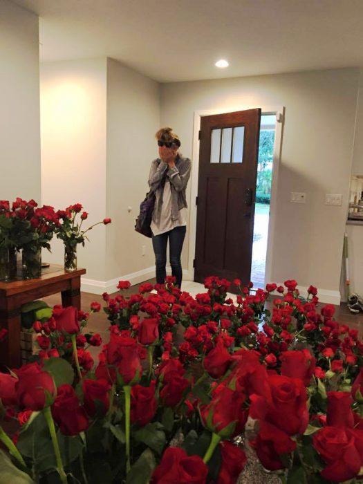 Chica sorprendida con flores