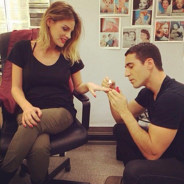Chico pintándole las uñas a su novia