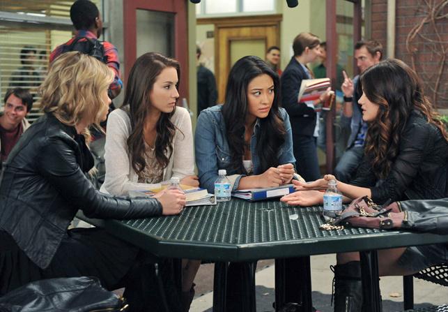 Escena de la serie pretty little liars chicas sentadas en la cafetería comiendo