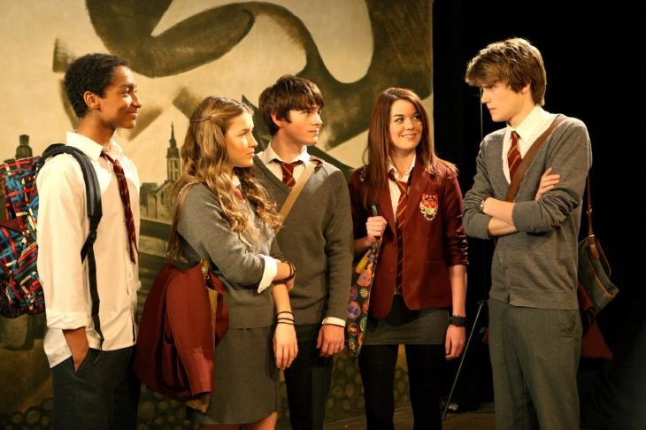 Escena de la serie el secreto de anubis chicos de una escuela