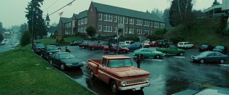 Escena de la película crepúsculo carros estacionados fuera de una escuela