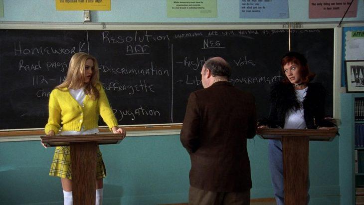 Escena de la película clueless chicas en clase con un profesor