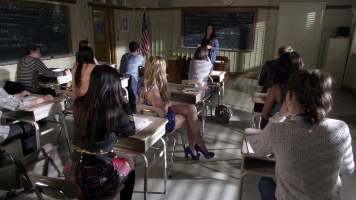 Escena de la serie pretty little liars profesora dando clases en una aula
