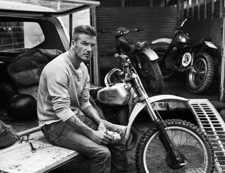 David Beckham arreglando una moto