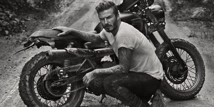 David Beckham arreglando una motocicleta