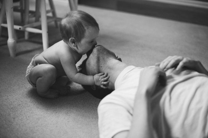Papá juega con su hijo pequeño