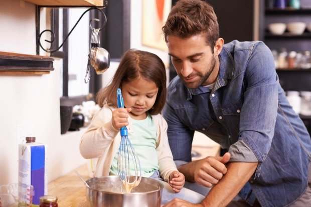 Papá y su hija pequeña cocinan