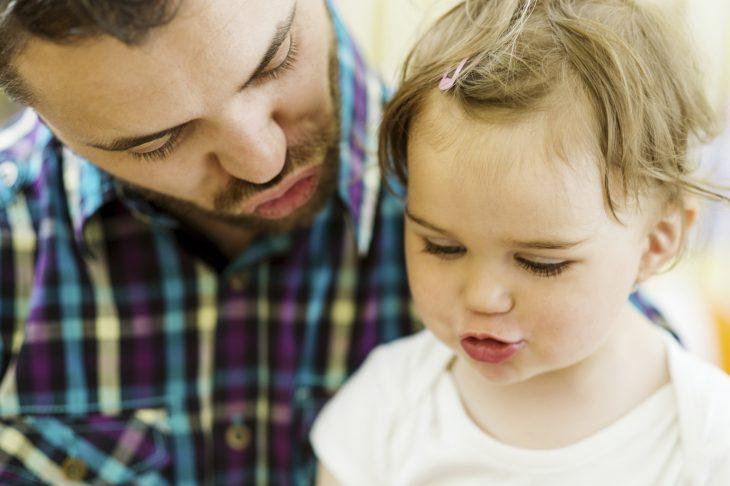 Papá e hija pequeña platican