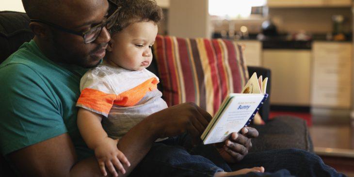 Papá lee con su hijo pequeño