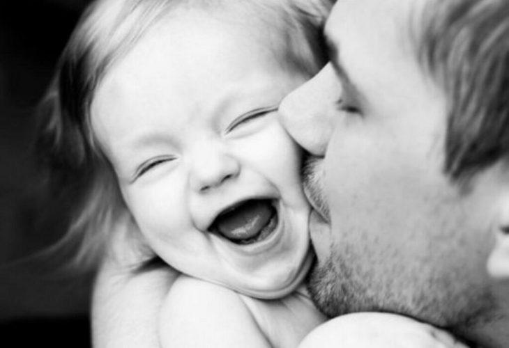 Papá abraza y besa a su pequeña