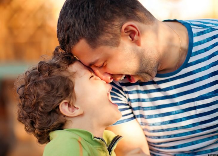 Papá e hijo se ríen juntos