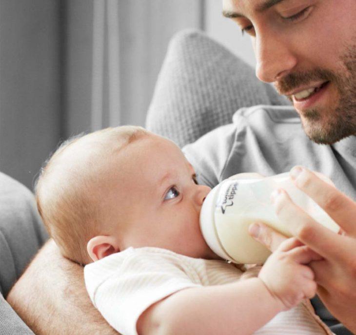 Papá da biberón a su bebé