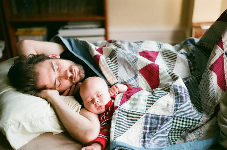 Papá duerme junto a su bebé