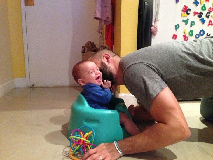 Padre juega con su hijo pequeño-color