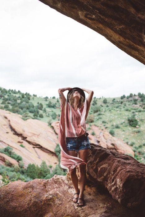 Chica en un campo mirando hacia arriba