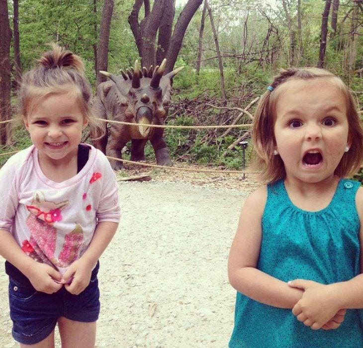 Niñas reaccionando de diferente manera ante los dinosaurios