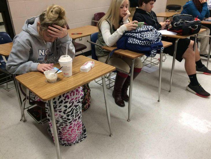 Dos tipos de chica en la escuela, la que se arregla y la que se va en pijama