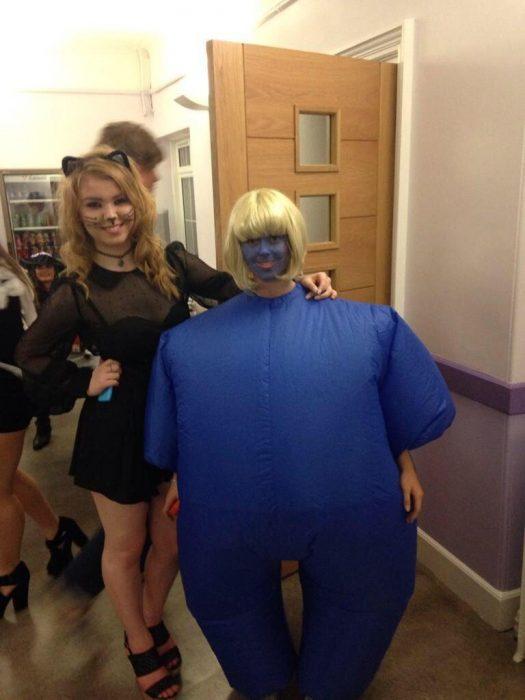 Dos clases de chicas vestidas en Halloween