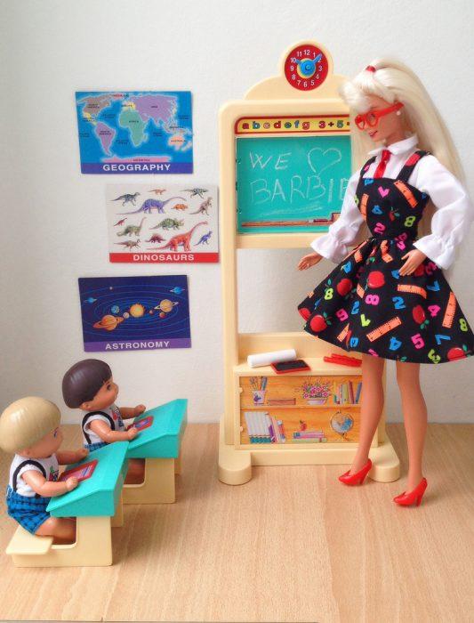Muñeca barbie de los 90's que era maestra