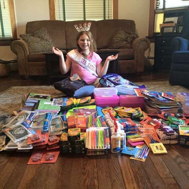 Niña que compró material escolar para los niños necesitados