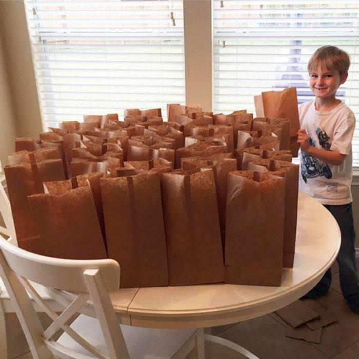 Niño preparó sandwisches para las personas sin hogar