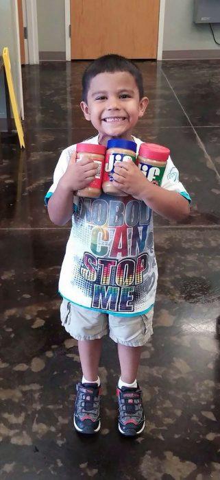 Niño de 9 años compró mantequilla de maní para un refugio de perros