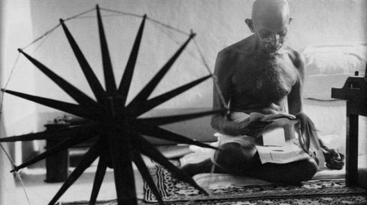 Gandhi haciendo su propia ropa