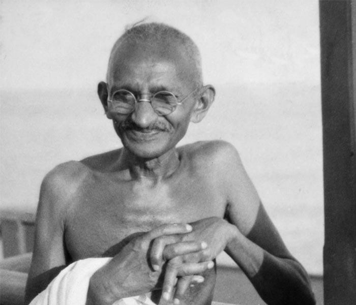 Gandhi sonriendo