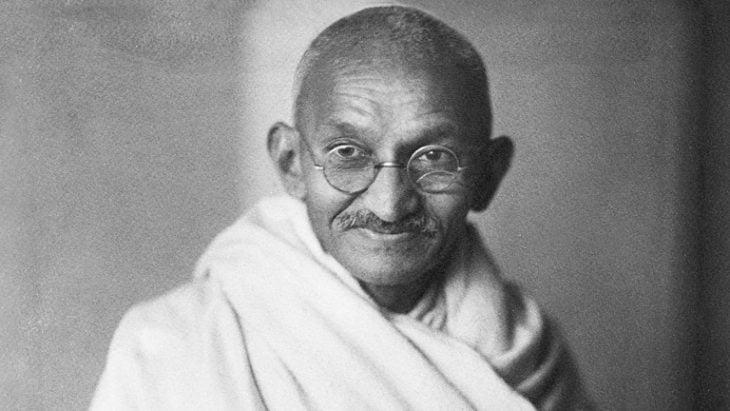 Gandhi posando