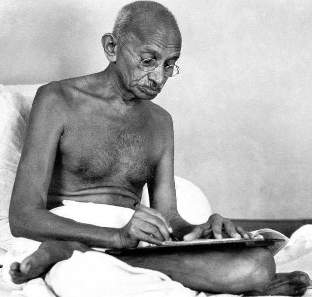 Gandhi escribiendo