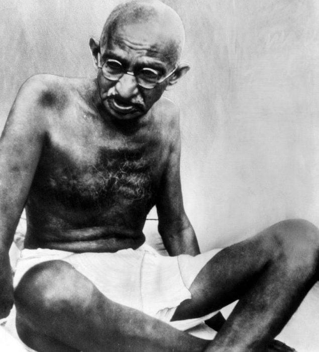 Gandhi sentado
