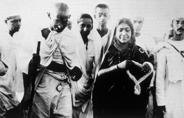 Gandhi caminando con mujer hindú