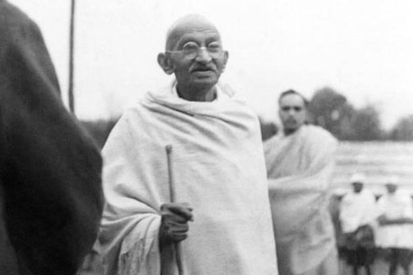 Gandhi caminando