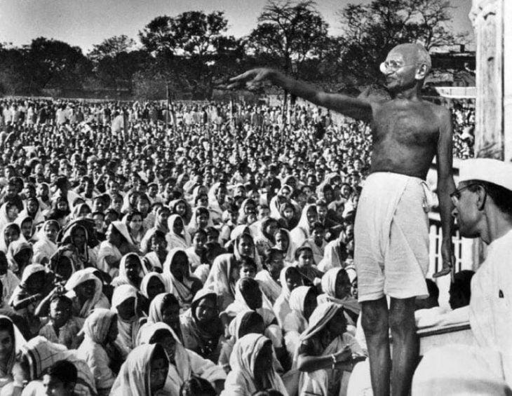 Gandhi frente a una multitud