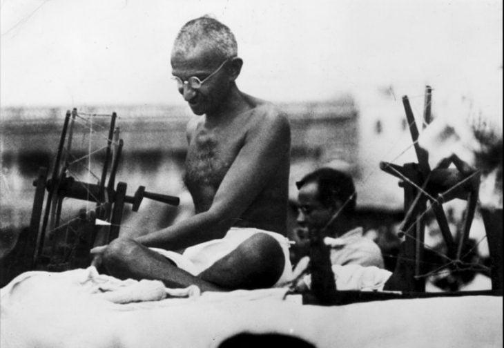 Ghandi sentado