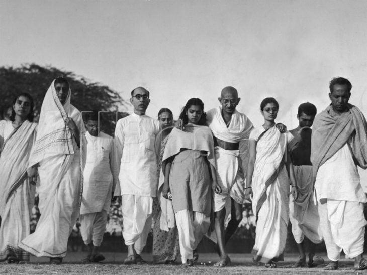 Gandhi caminando con un grupo de personas