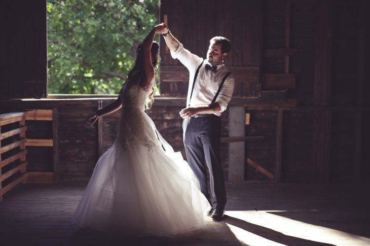 Pareja recién casada bailando