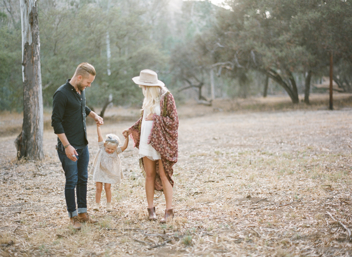 Pareja de novios ayudando a una bebé a caminar