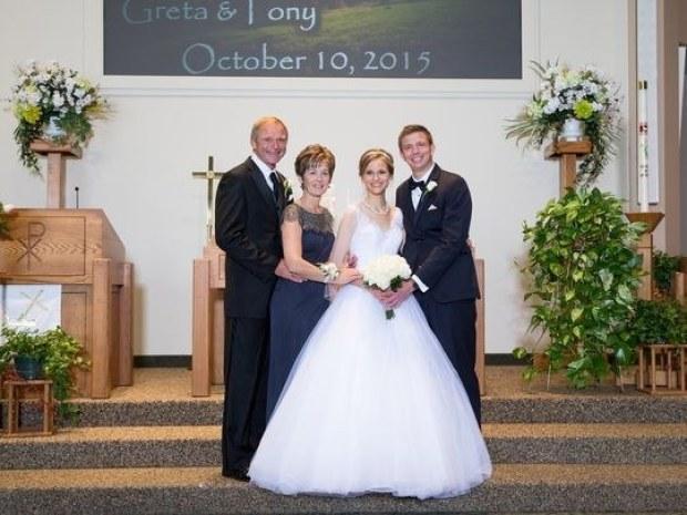 Greta Hokanson con su esposo y padres