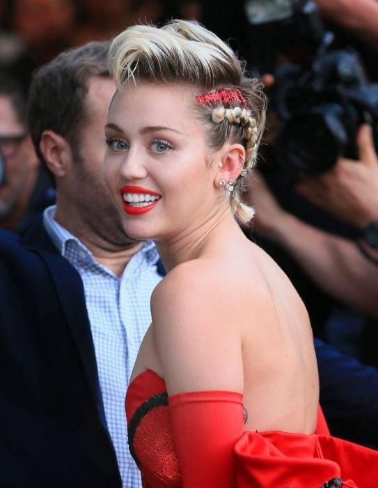 Miley Cyrus usando glitter en el cabello