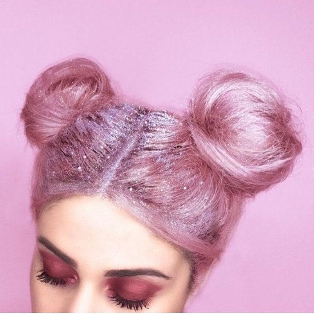 Chica con el cabello rosa y con brillos plateados en su cabeza