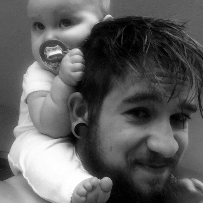 Padre soltero cargando a su hija en brazos