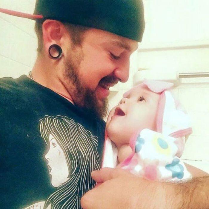 Padre soltero mirando a su hija a los ojos