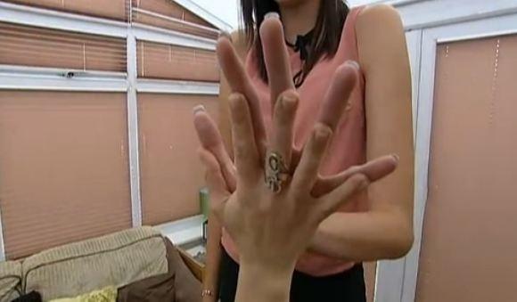 Chica alta comparando su mano con una chica pequeña