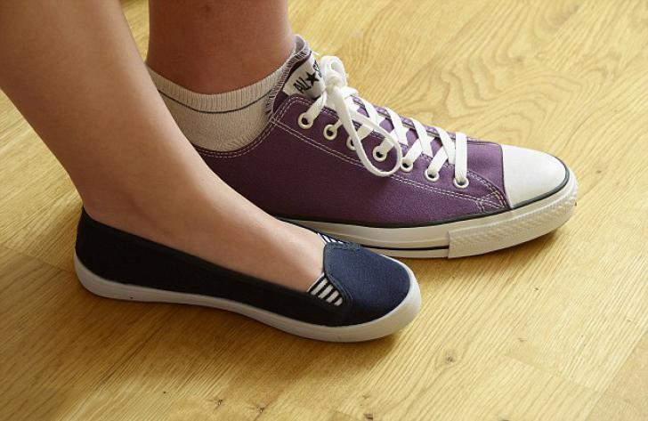 Chicas comparando el tamaño de sus zapatos