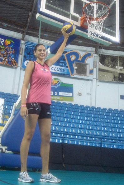 Chica alta jugando basketball