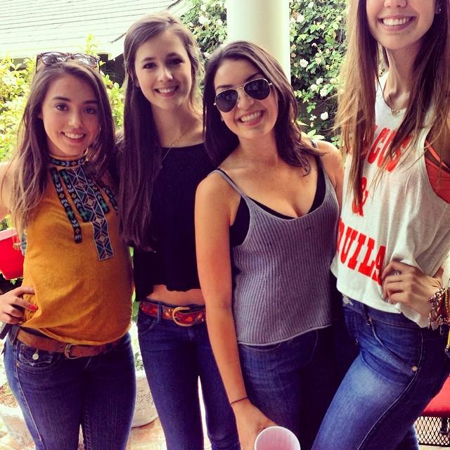 Grupo de amigas en una selfie y una de ellas con la cara cortada